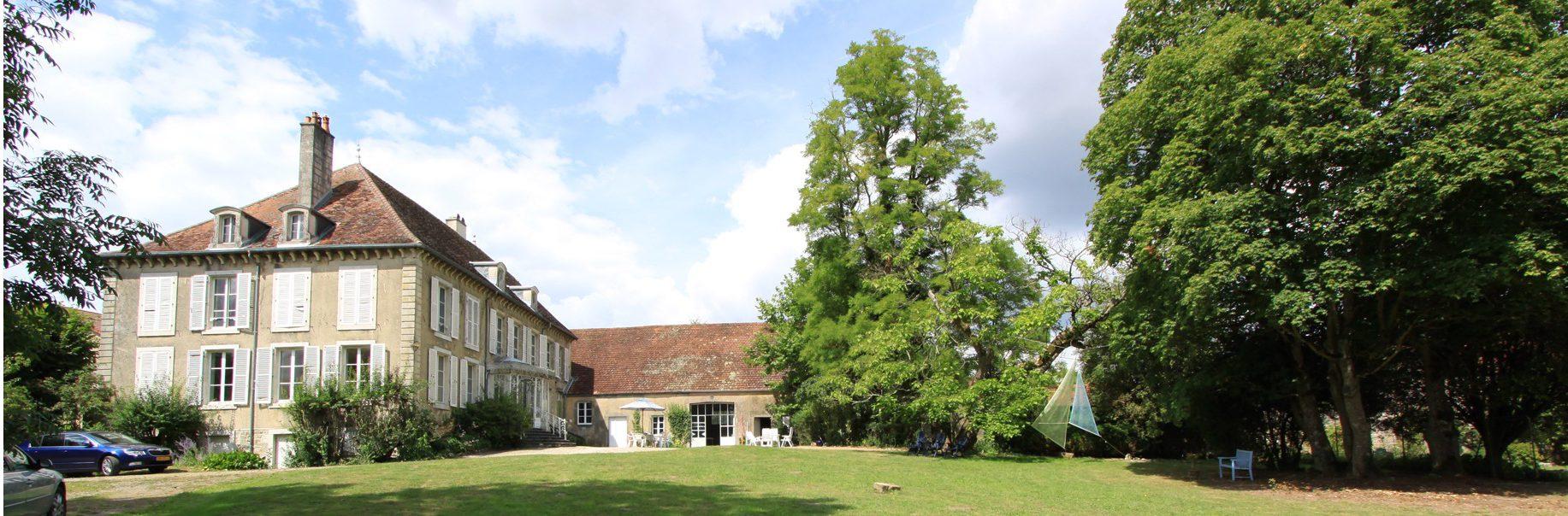 groothoek beeld landhuis en bijgebouw en bomen