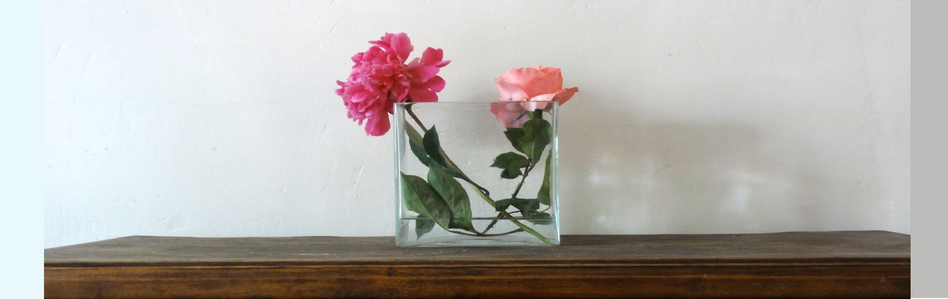 accubak met rozen op kast