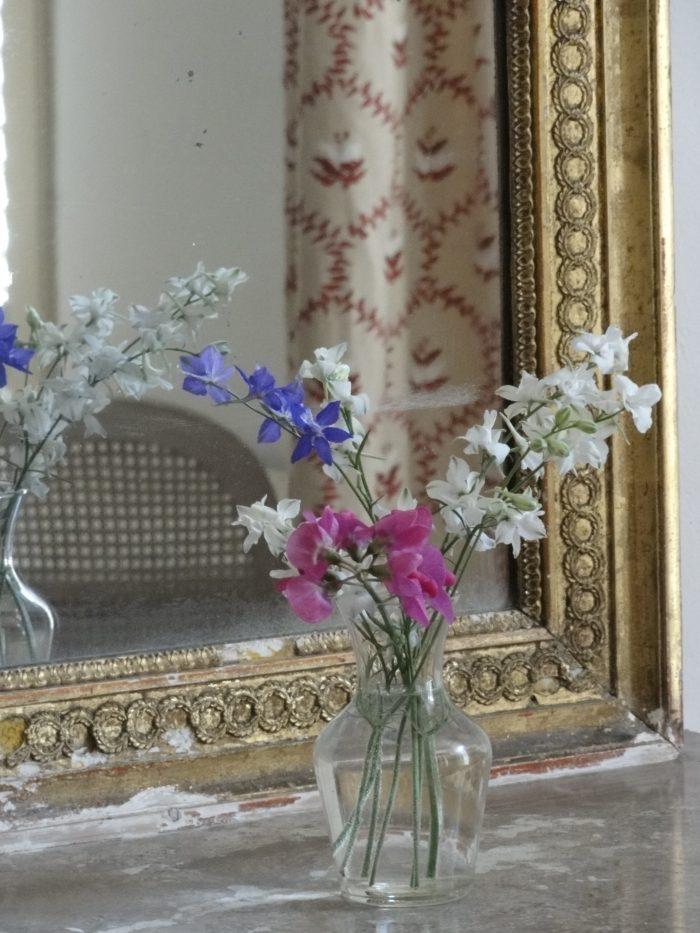 detail van een kamer met boeketje en spiegel