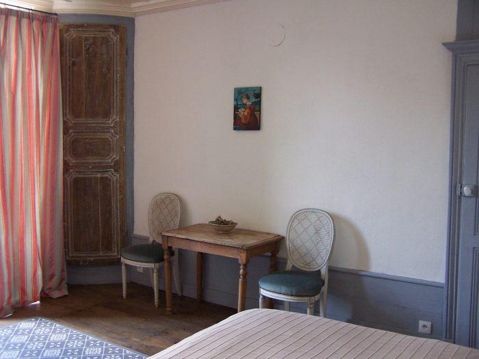 Kamerhoek met bed, tafel stoel en antieke kast
