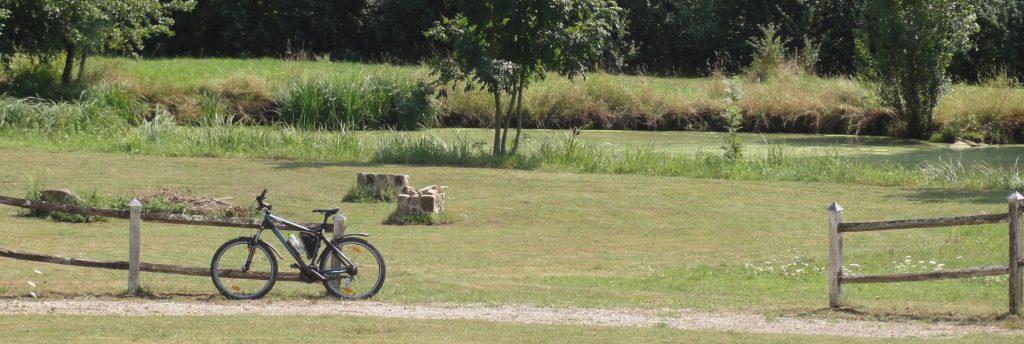 mountainbike tegen oud boeren hek