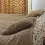 Opgemaakt bed met lamp