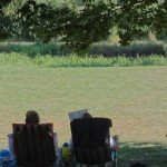 2 persone luieren in de ligstoel met koelbox