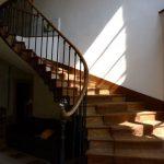 brede houten trap met leuning