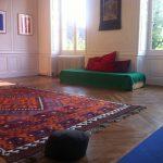 meditatiekussen in kamer met vloerkleed