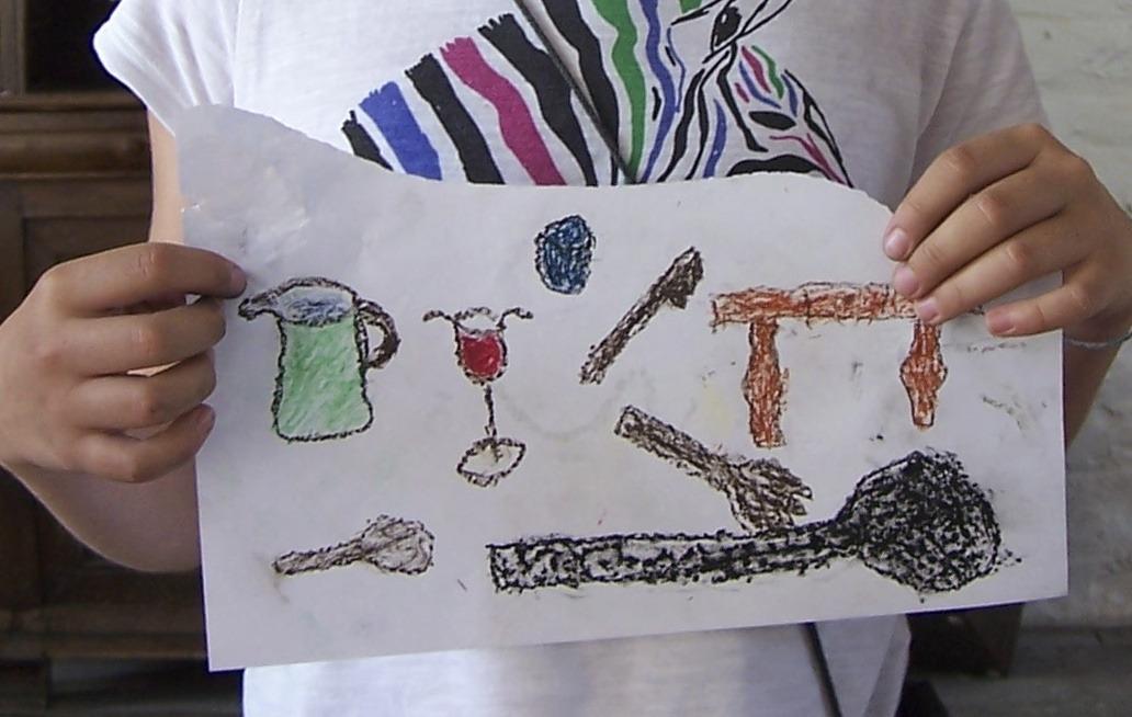 kind toont een tekening met losse voorwerpen