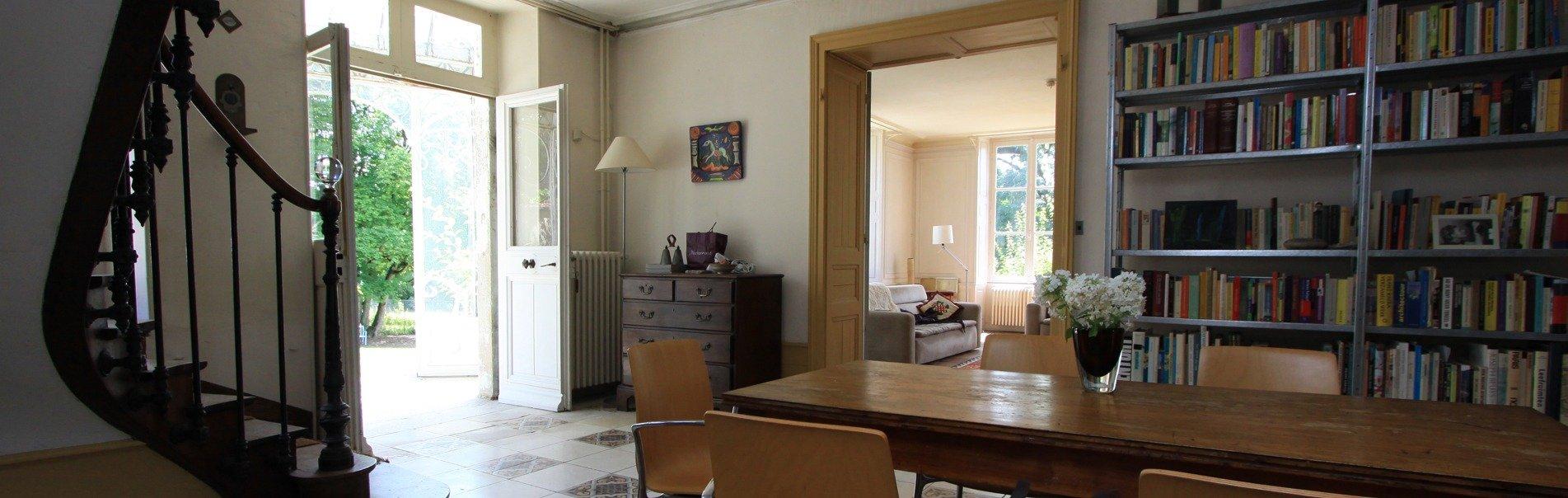 Entreehal met doorkijk naar tuin en salon