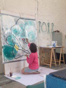 Deelneemster geconcentreerd aan het schilderen tijdens workshop