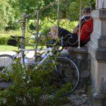 fiets tegen trap met vermoeide fietser