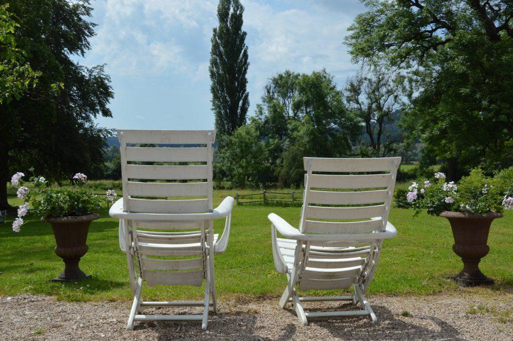 2 lege stoelen aan de gazonrand
