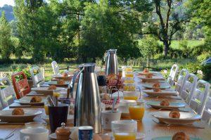 gedekte ontbijt tafel in de tuin van la Perle