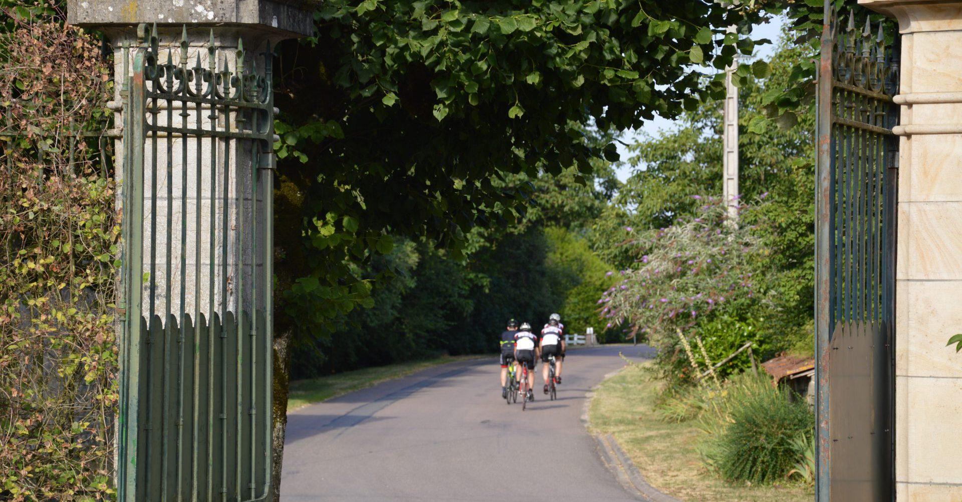 4 wielrenners vetrekken bij la perle 'anrosey
